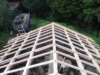 屋根の軽量化のために、瓦から板金(トタン)へ葺き替えました。