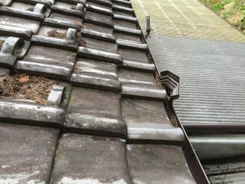 中津川 屋根リフォーム 雨樋や屋根に詰まった枯葉をきっちり掃除しました。綺麗になりました。ありがとうございます。